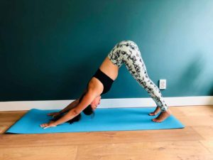 Downward facing dog yoga oefening dame op mat doet oefening