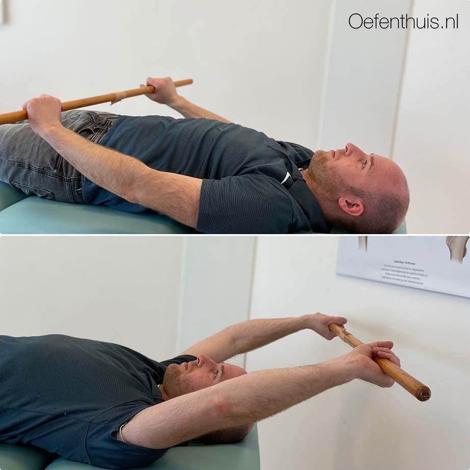 schouderluxatie armheffen met stok over hoofd