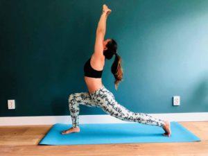 dame doet Warrior one yoga houding op yogamat